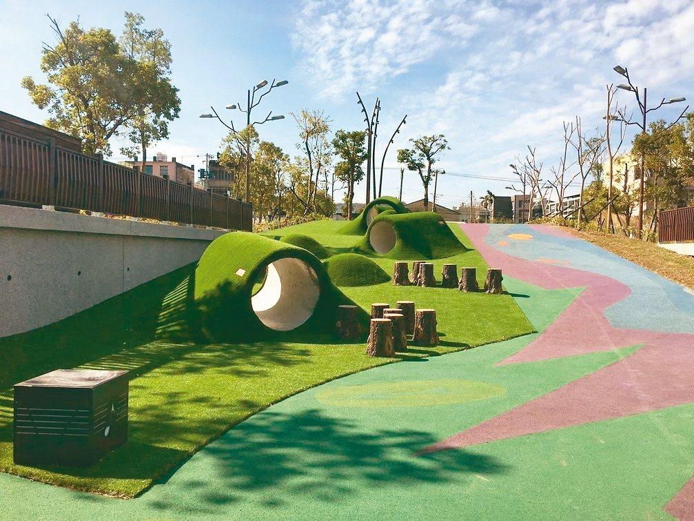 竹東舊台泥特色公園廢物利用,將台泥留下來的舊涵管,改造為可供孩子玩耍的設施。 圖...