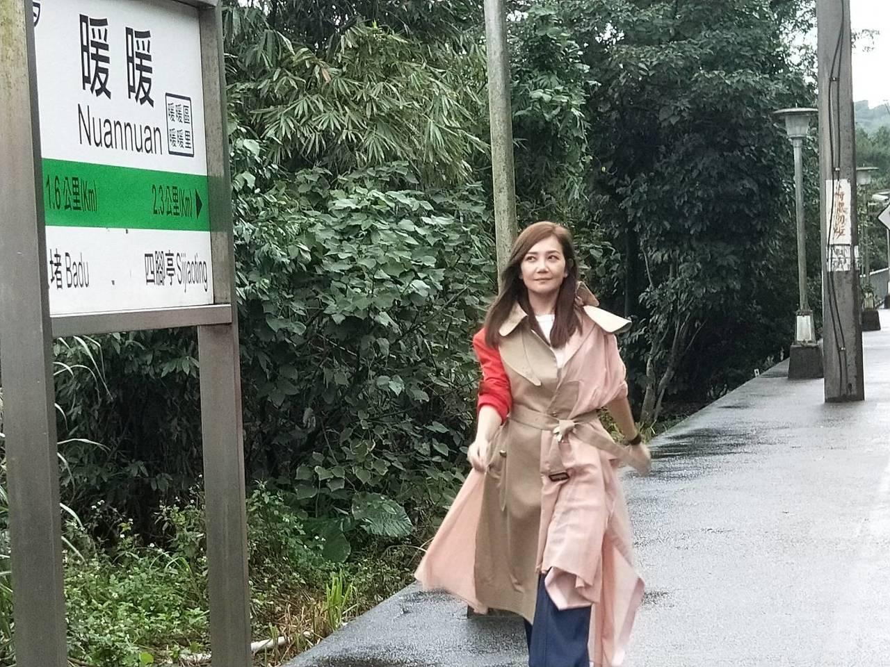 歌手梁靜茹昨天重回暖暖火車站,重溫當年拍MV的回憶。 記者游明煌/攝影