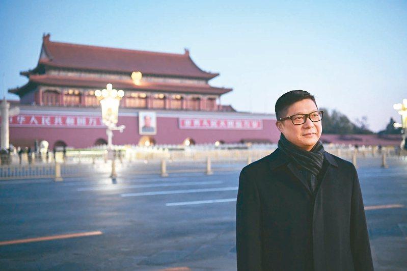 香港新任警務處長鄧炳強昨天一早特地來到北京天安門廣場觀看升旗儀式。 (中新社)