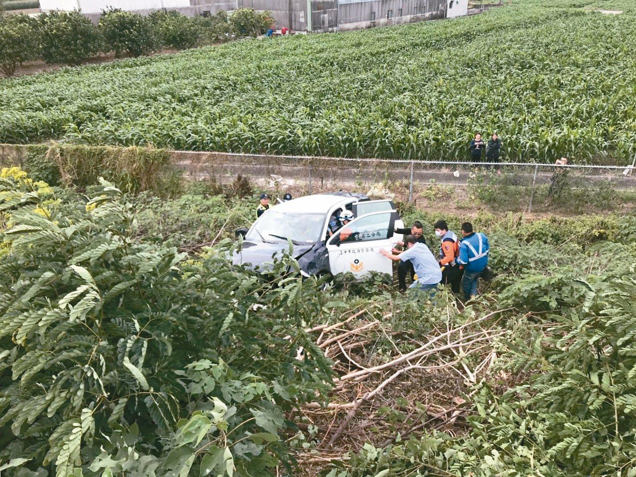 中市警車昨天在國道一號麻豆段翻落邊坡,兩名員警與解送嫌犯都受傷。 記者吳淑玲/翻...