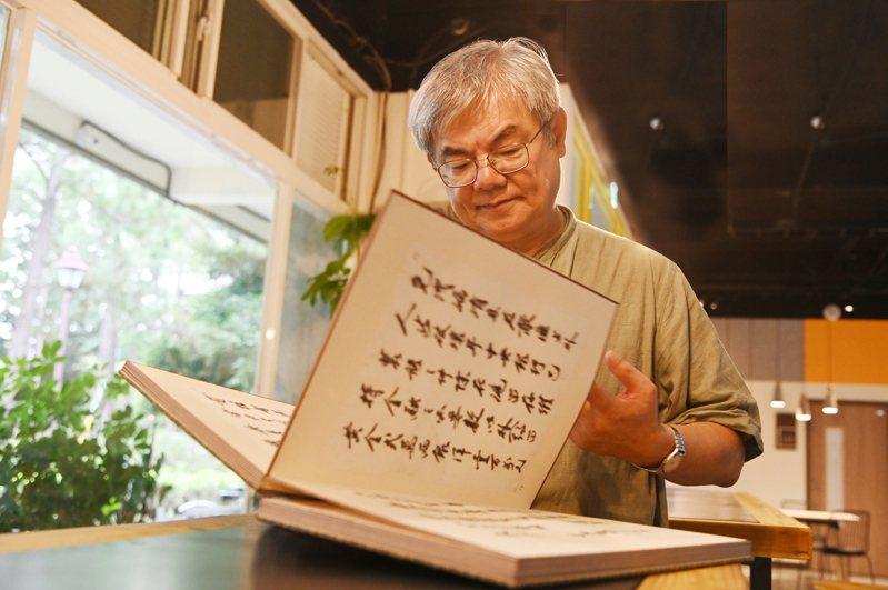 楊儒賓把任教清大30年的薪水都投入文物收藏,昨天將畢生收藏捐贈給清大。圖/清大提供