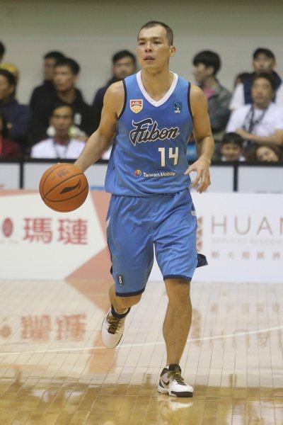 富邦勇士蔡文誠單場拿下13分5籃板5助攻。 記者黃仲裕/攝影