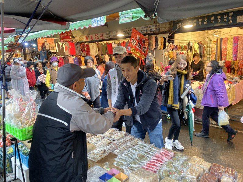 民進黨立委參選人吳怡農上午至謙和市場掃街。記者楊正海/攝影