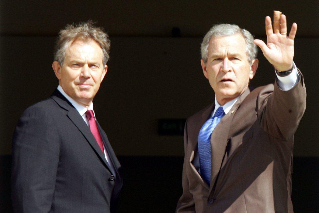 美國前總統小布希在2005年英國蘇格蘭的G8峰會上和時任首相布萊爾(左)熱情打招...