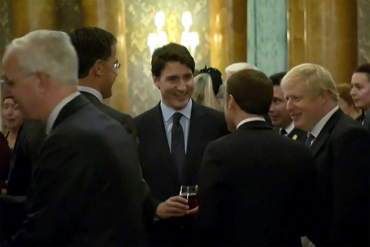 加拿大總理杜魯多(中)3日在倫敦北約峰會被拍到和法國總統馬克宏(前)、荷蘭總理呂...