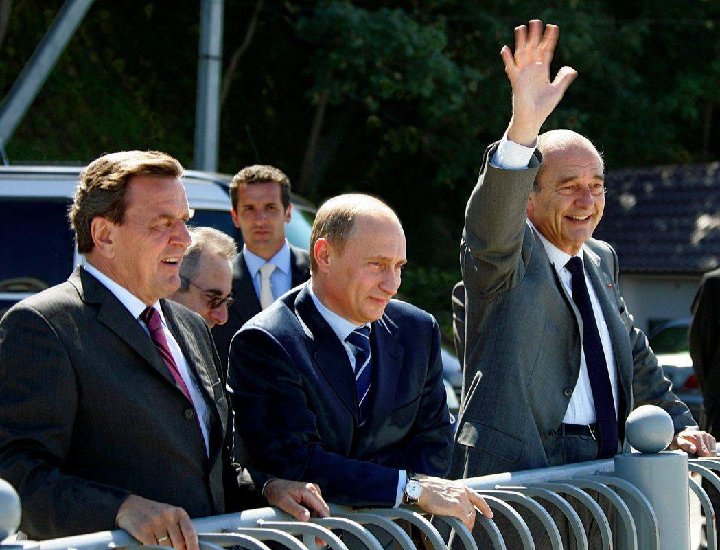 法國前總統席哈克(右)在俄國加里寧格勒和德國前總理施洛德(左)及俄國總統普亭(中...