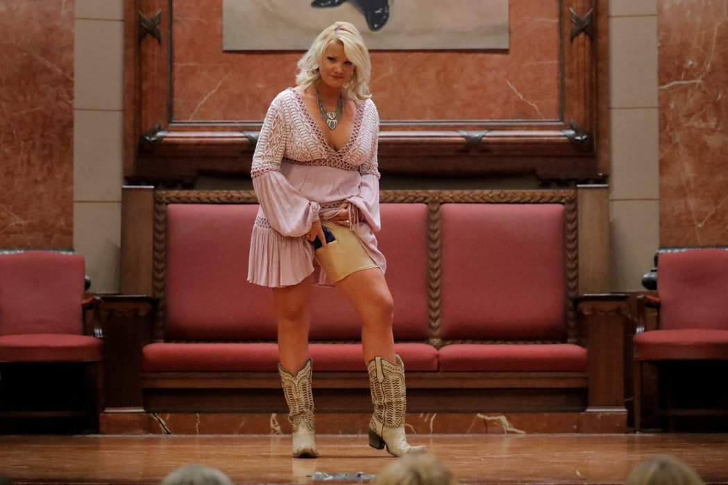 一名女子在全美步槍協會年會上示範如何隱蔽攜槍。 (路透)