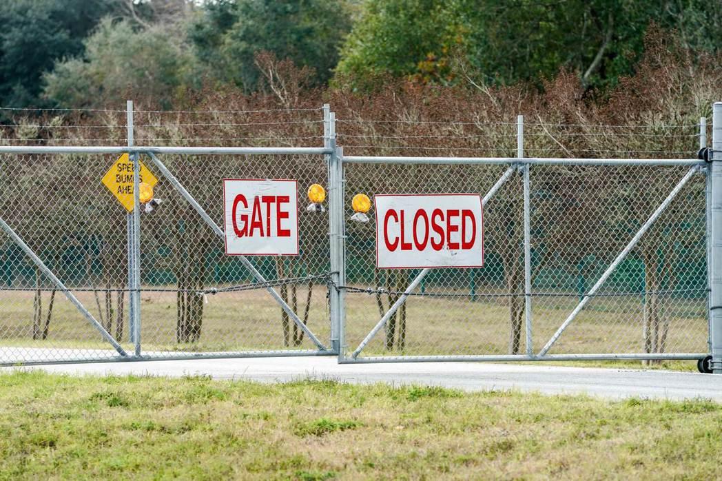 彭薩科拉海軍航空基地6日發生槍擊案後,大門深鎖。 (法新社)
