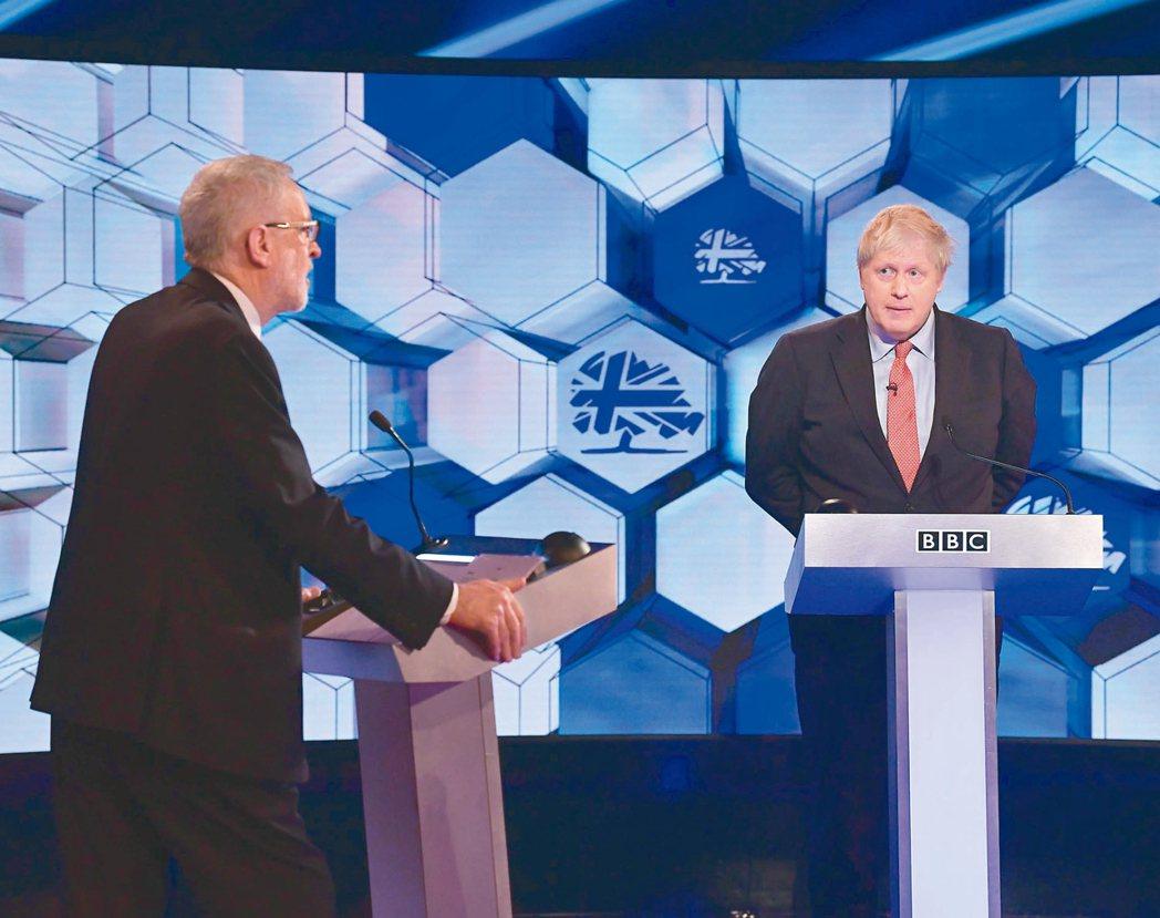 英相強生(右)電視辯論,最新民調顯示他勝出。 歐新社