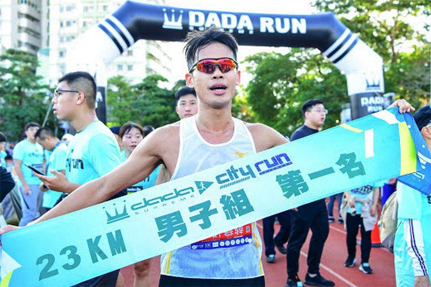 23公里超半馬男子組冠軍由長跑好手以1小時30分跑出好成績。 全統運動用品/提供
