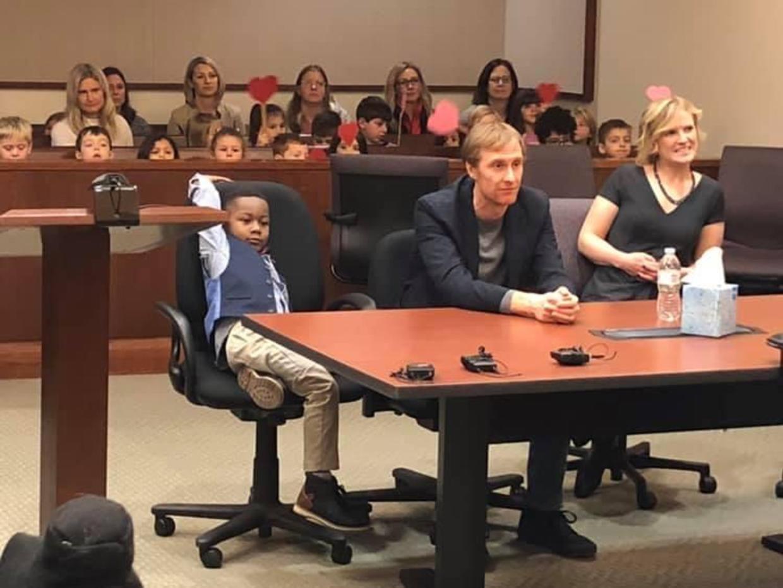 五歲男童克拉克(前左)的收養聽證會上,幼稚園的同學都到場見證克拉克一生重要的一刻...