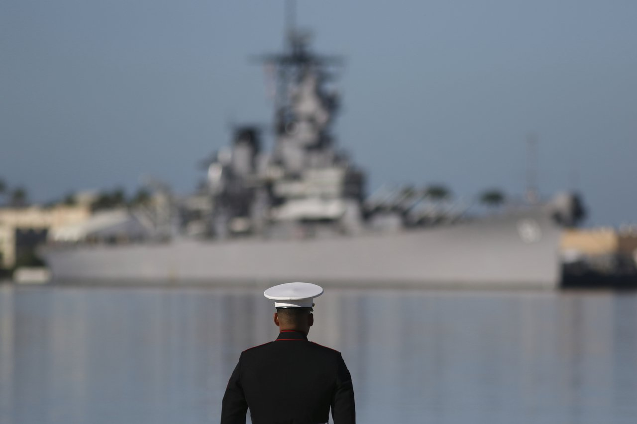 7日是日本偷襲珍珠港78周年,一名水兵在紀念會中凝視密蘇里號戰艦。(美聯社)