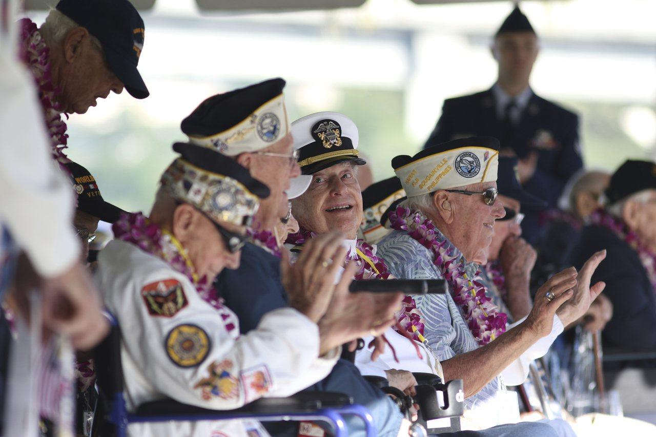 30名二戰老兵7日在珍珠港重聚,在日本偷襲珍珠港78周年紀念會上,追悼在事件中喪...