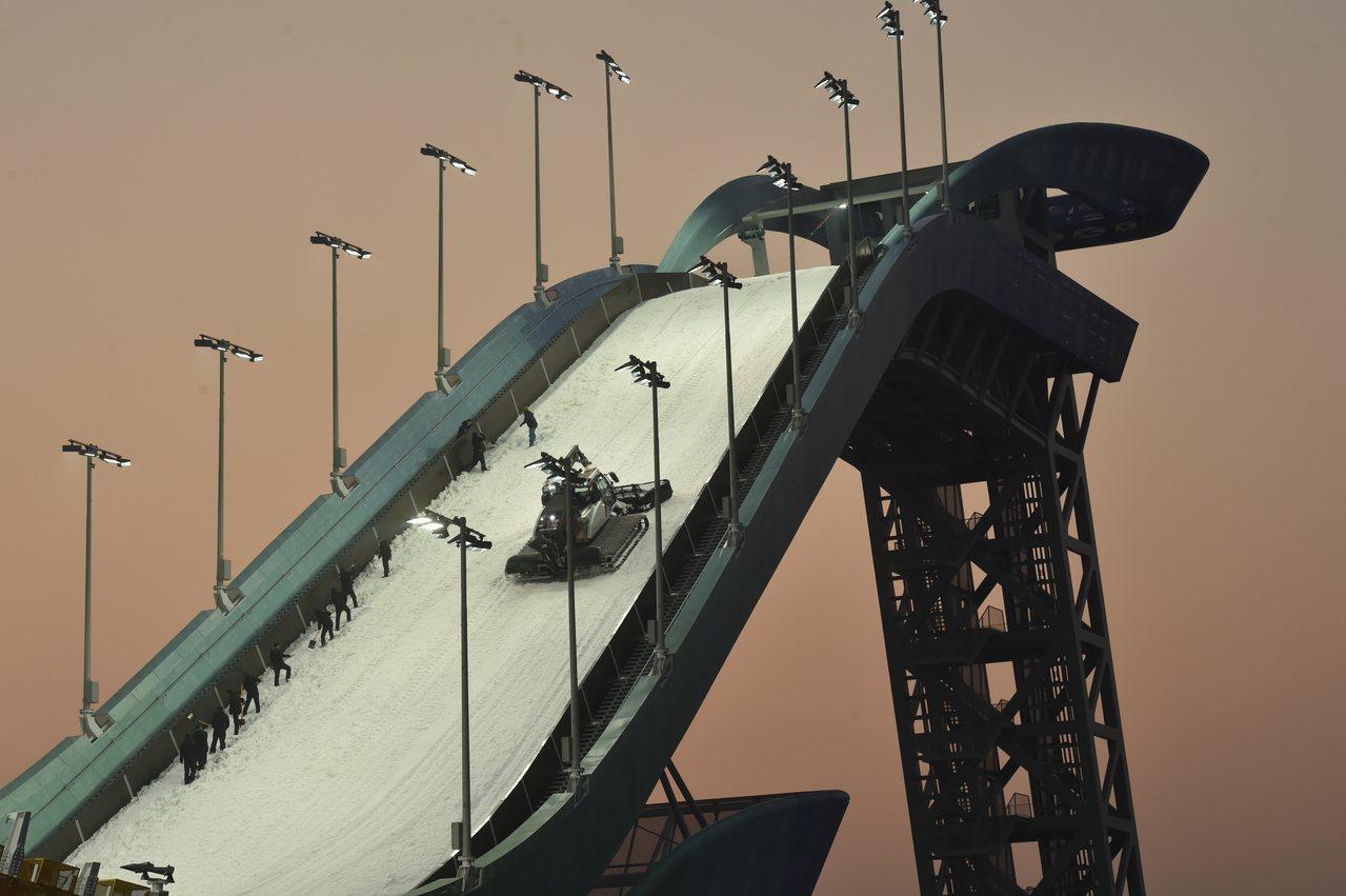 作為北京2022年冬奧北京賽區首個建成的新建比賽場館,首鋼滑雪大跳台近日正式交付...
