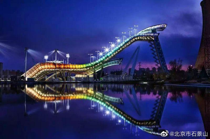 北京冬奧跳台滑雪比賽場館首鋼滑雪大跳台在夜幕中被點亮。 取自微博