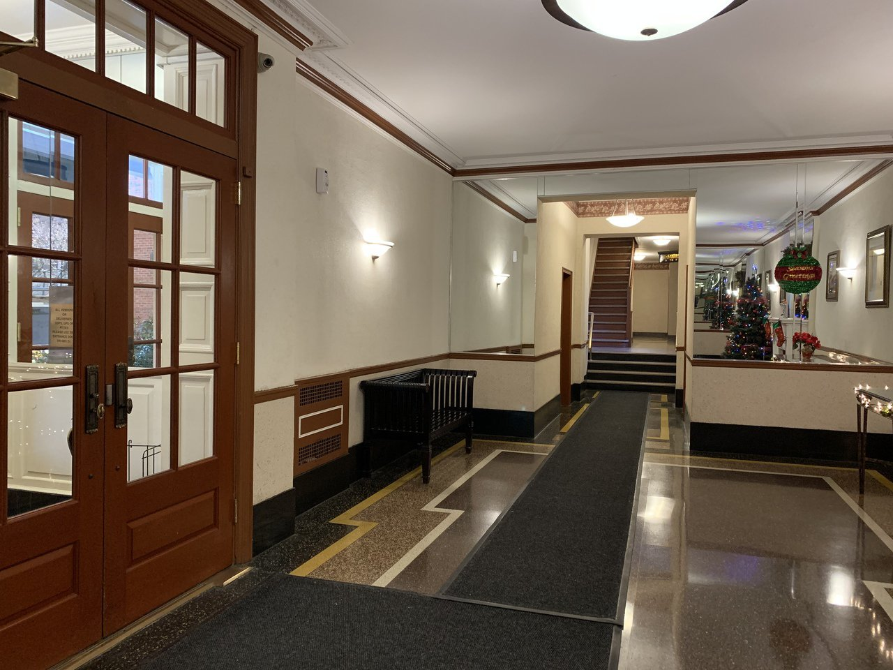 劉傳凱在皇后區森林小丘的公寓樓內約有50%華裔住戶,但門禁嚴格分為左右兩區,鄰里...