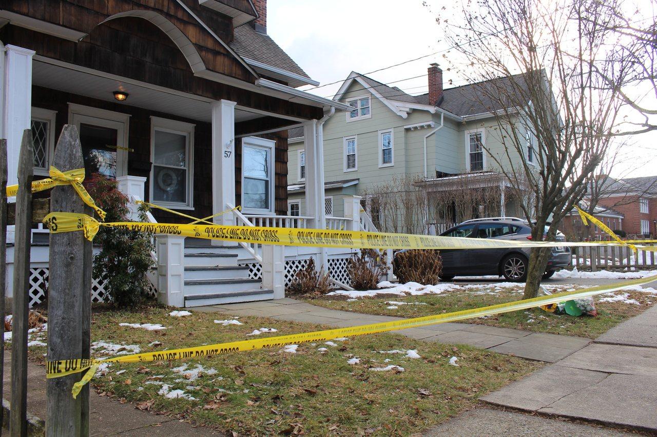 震驚紐約上州威徹斯特郡的華裔父親單刀滅門案,警方7日表示,案發當日警員爬窗進入劉...