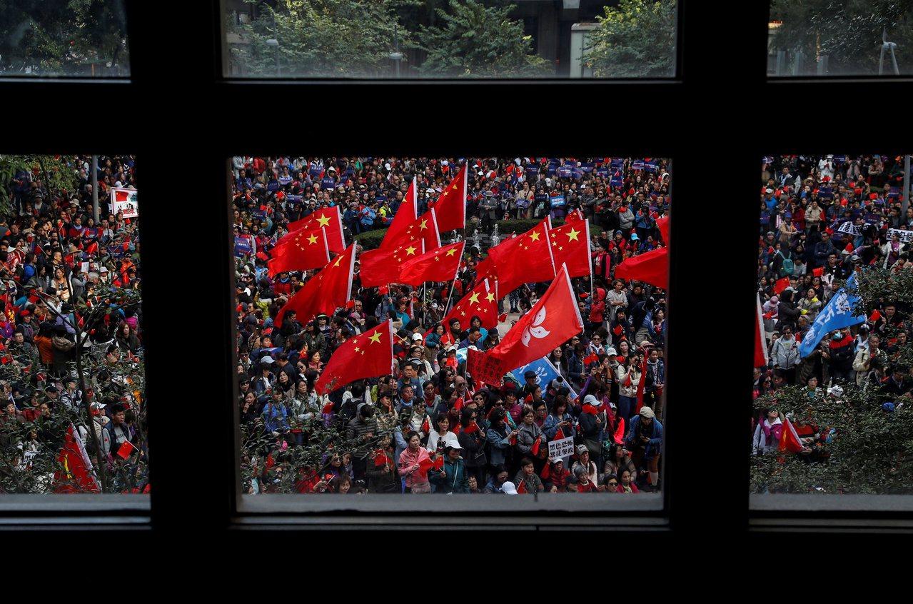 香港政研會昨午在灣仔港灣道花園舉辦「愛國護港大集會」,他們稱約3000人出席,警...
