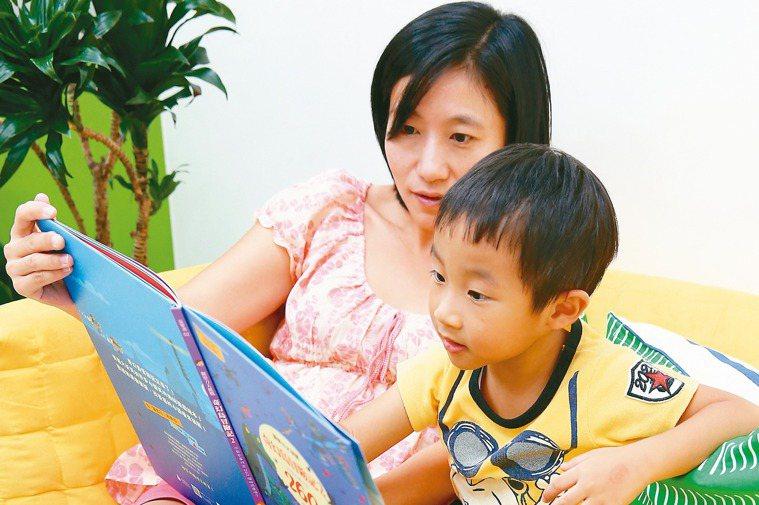 親子共讀不僅可促進親子互動與親密感,更有助促進孩子腦部發育、語言發展及增進理解能...