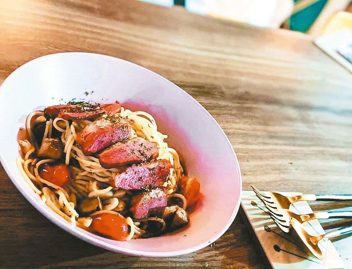 櫻桃鴨胸義大利麵。 圖/Catmint Cafe & Bar 貓草餐酒館提供