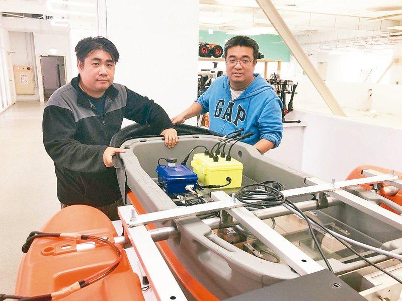 鎮鑫科技是全台灣唯一針對水庫水質檢測開發無人船的公司。圖右為創辦人郭鎮銘。 圖/鎮鑫科技公司提供