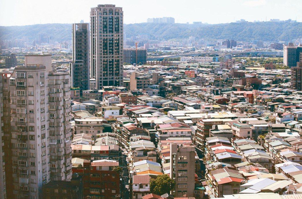 雙北住宅老化問題快速惡化;圖為新北市的老舊公寓住宅附近,新的大樓反而顯得少數。 ...