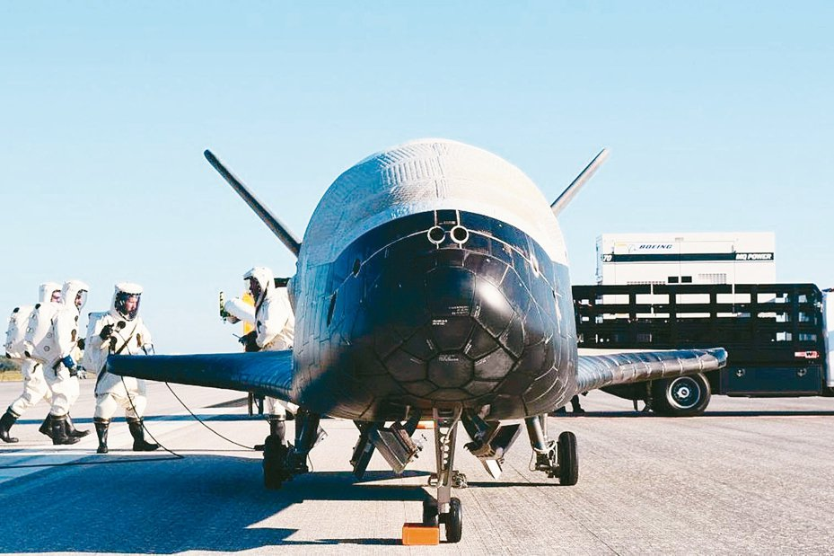美國國會議員和白宮傳出幾近達成協議,將通過組建「太空部隊」為第六軍種,換取聯邦員工享12周有薪育嬰假。圖為美國空軍X-37B太空飛機。 歐新社