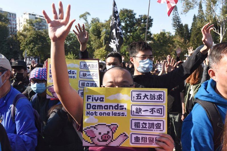 香港「民陣」舉辦的遊行今(8日)下午3時登場,參與民眾擠爆銅鑼灣,不少人手持「五大訴求,缺一不可」標語,高呼「光復香港,時代革命」,遊行隊伍目前繼續朝中環方向前進。 歐新社
