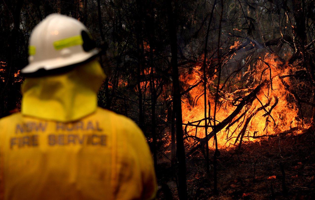 澳洲森林大火持續失控,加上各地多次傳出攝氏40度以上熱浪高溫,有國防專家指出,必...