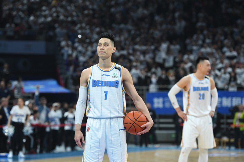北京首鋼隊台裔球星林書豪今天在與深圳隊比賽中,靠著最後關鍵時刻3罰全中,率隊以102比100險勝。 新華社