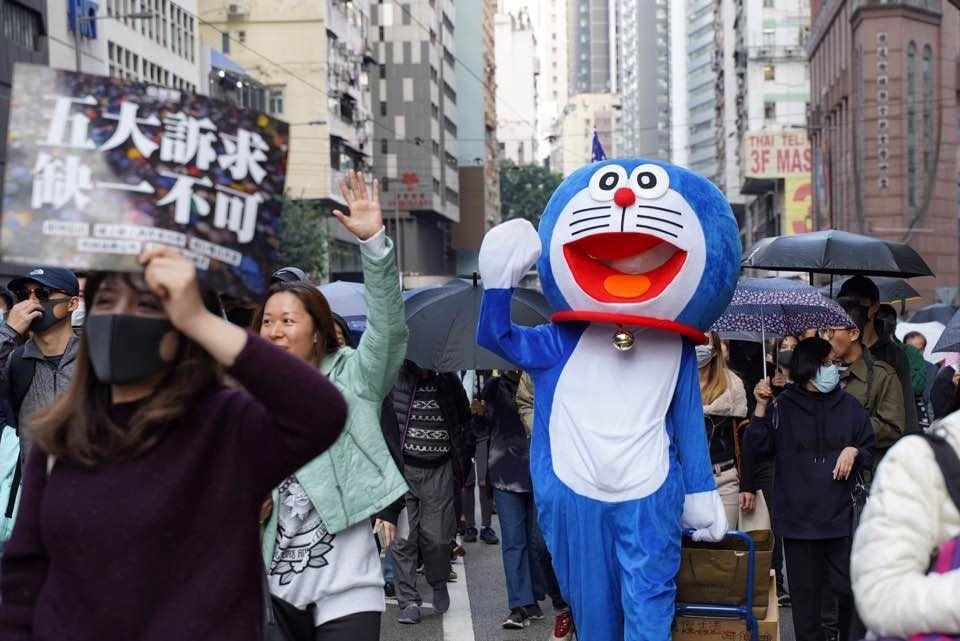 下午五時許,走至警察總部的遊行隊伍中,出現了打扮成多啦A夢的示威者。 香港01記...