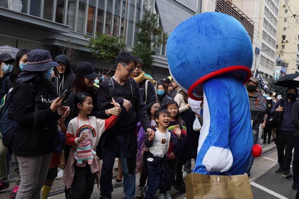 多啦A夢的打扮吸引到不少在場的小朋友目光。 香港01記者余睿菁/攝影