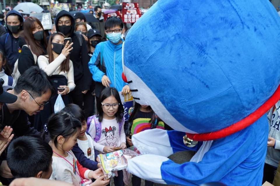 該示威者一度拿出多啦A夢最愛的食物-銅鑼燒,分發予小朋友。 香港01記者余睿菁/...