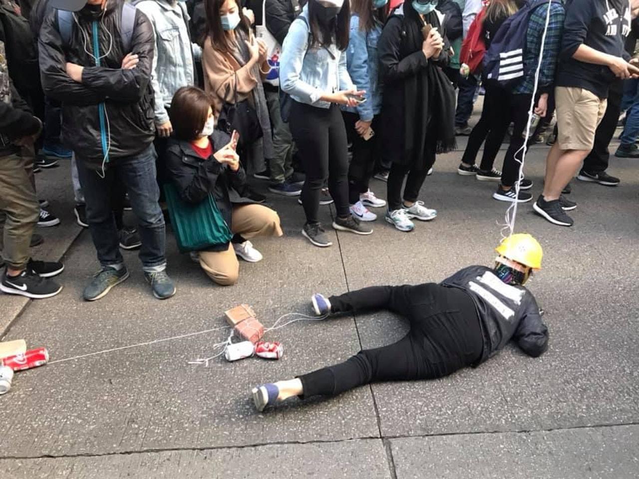 遊行開始後,隊伍中有腳踝上亦綁上磚頭、汽水罐等雜物的示威者俯伏在地上,匍匐前進。...