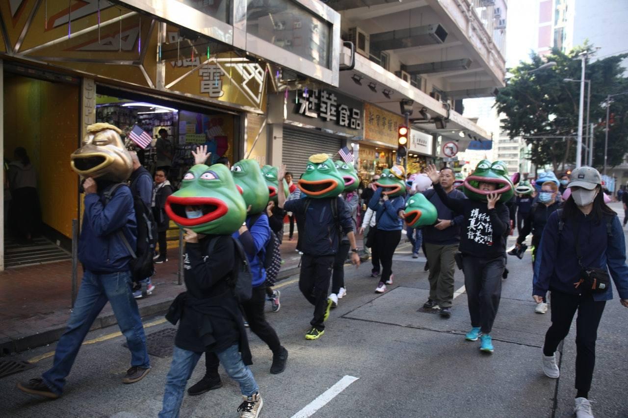 遊行開始前,一班頭戴Pepe青蛙、連豬頭套的人士已成網絡焦點。 香港01記者賴雯...