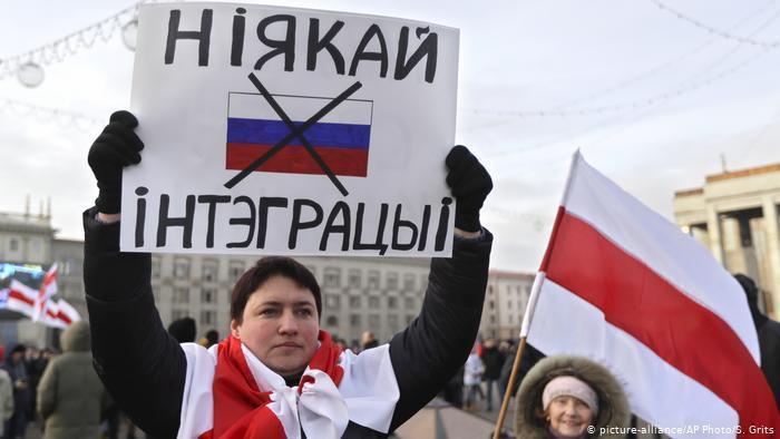 白俄羅斯人民走上街頭高舉「我要獨立」標語,抗議政府欲與俄羅斯進一步整合。(photo by Twitter)