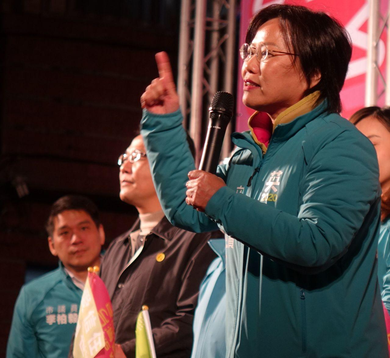 高雄市立委第三選區民進黨立委參選人劉世芳(右)。記者楊濡嘉/攝影