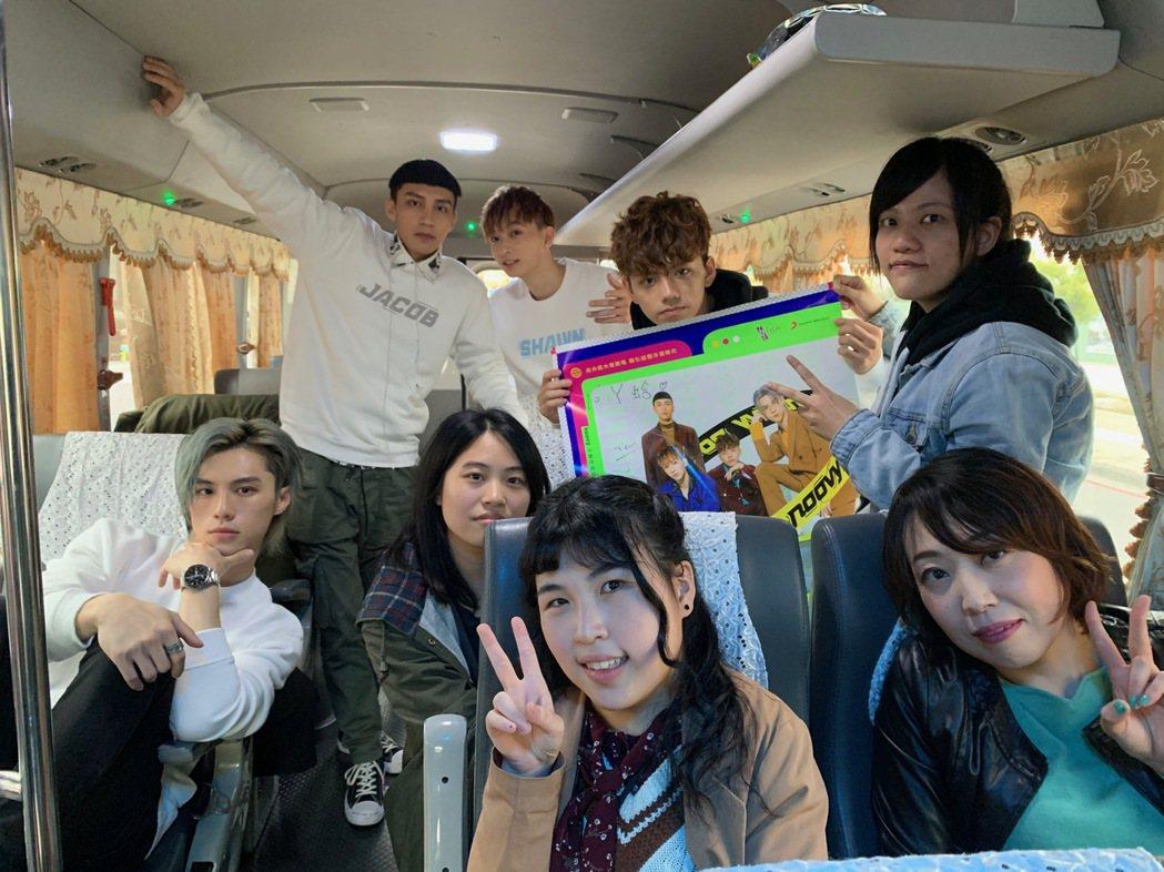 新人樂團noovy與4名幸運粉絲一同搭巴士跑通告。圖/索尼提供