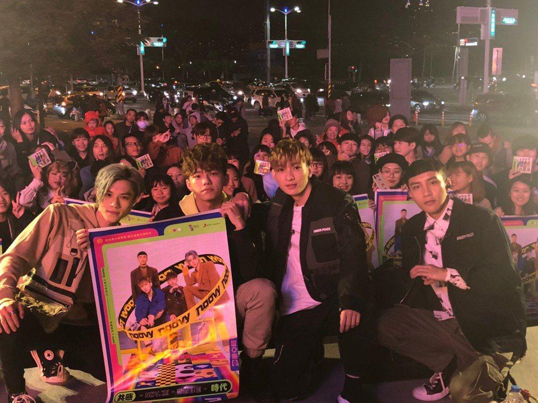 新人樂團noovy簽唱會見到台下人潮,感動又感謝。圖/索尼提供