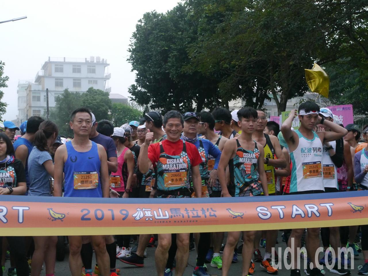 行政院客委會主委李永得(左二)10月剛在六堆客庄馬拉松拿下初馬獎盃,今天香蕉路跑...