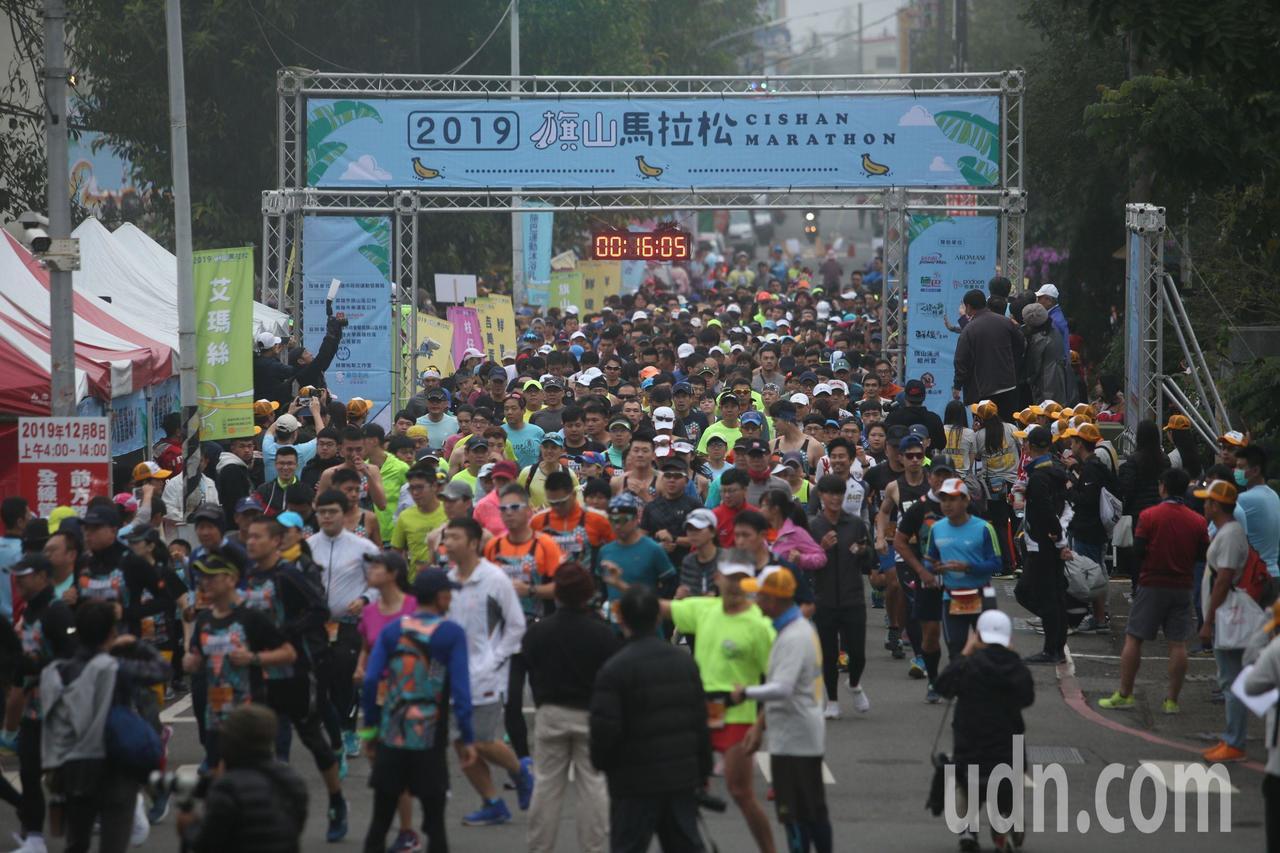 第三屆旗山香蕉馬拉松今晨開跑,全台5千跑友齊聚旗山體驗蕉園風情。記者劉學聖/攝影