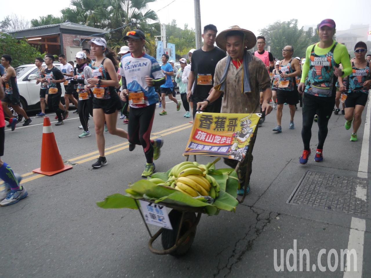 「旗山香蕉哥」林坤彬推著香蕉挑戰半馬。記者徐白櫻/攝影