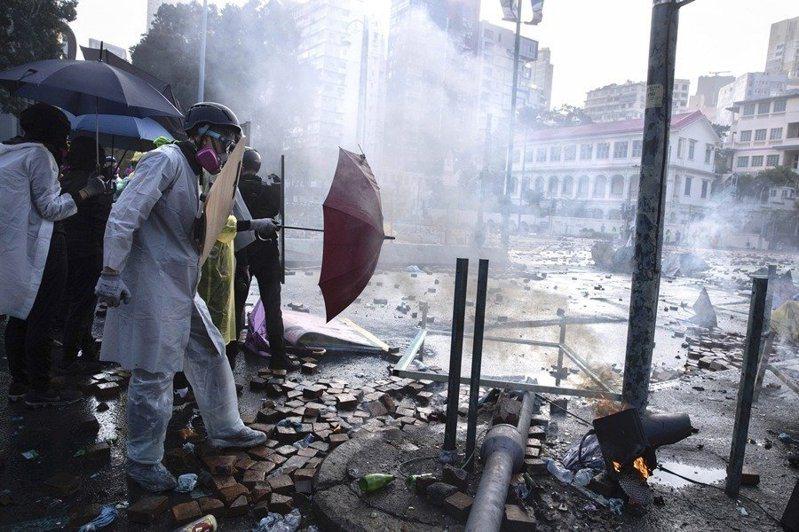 大陸官媒人民日報評論指出,暴力恐慌及黑色恐怖,不應是香港的「標識」。圖為日前香港理工大學爆發警民對峙。美聯社