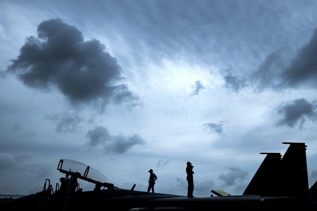 海峽時報報導,新加坡已與美簽備忘錄,將在關島設立戰機訓練分遣隊,且將部署F-15...