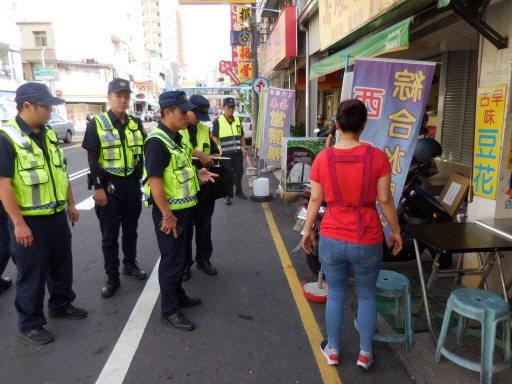 台南市最常見的路霸,就是攤商占用馬路營業,警方加強勸導取締。記者黃宣翰/翻攝