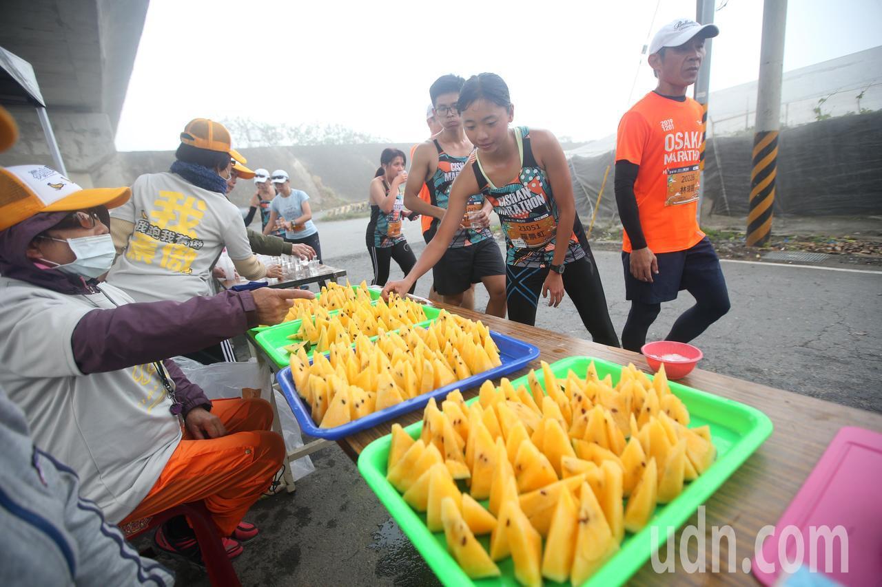 第三屆旗山香蕉馬拉松今晨開跑,全台超過5000位跑友齊聚旗山,沿途補給品豐富,讓...