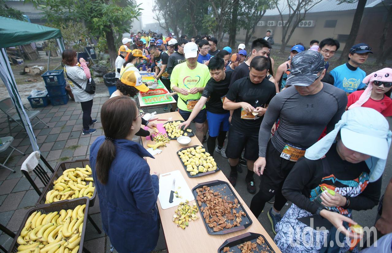 第三屆旗山香蕉馬拉松今晨開跑,全台超過5000位跑友齊聚旗山,沿途各種類香蕉補給...