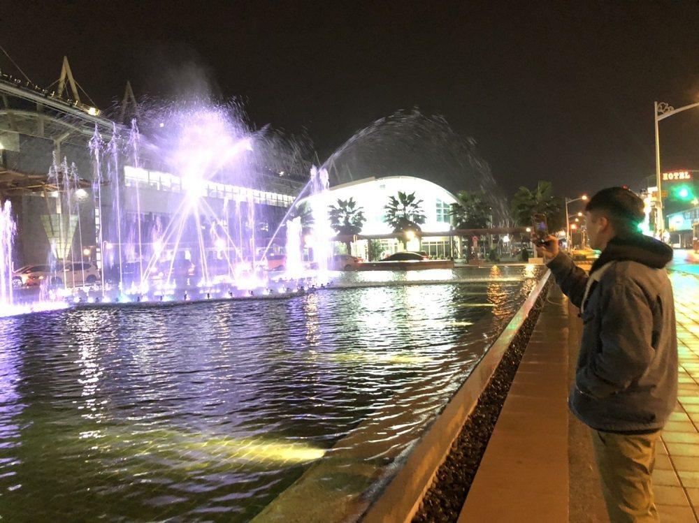 屏東火車站前的水舞噴泉廣場,即時起每晚都會推出聖誕限定的水舞燈光聖誕Show,帶...