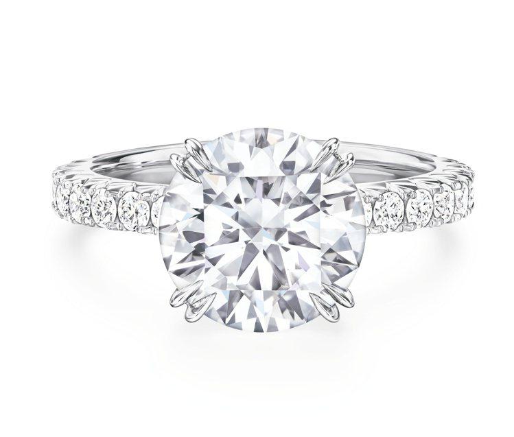 海瑞溫斯頓Attraction訂婚鑽戒,戒環使用極細微密釘鑲嵌綴滿圓形明亮式切工...