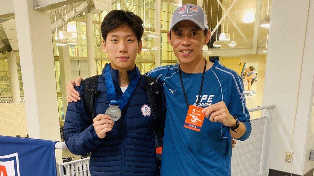 王冠閎(左)在美國公開賽200公尺蝶式摘銀,成為台灣第一人。 圖/黃智勇教練提供